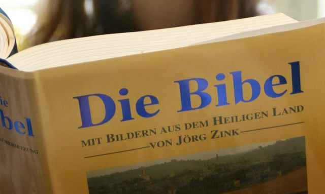 Junge Frau liest in der Bibel [ (c) www.BilderBox.com, Erwin Wodicka, Siedlerzeile 3, A-4062 Thening, Tel. + 43 676 5103678.Verwendung nur gegen HONORAR, BELEG,URHEBERVERMERK und den AGBs auf bilderbox.com](in an im auf aus als and beim mit einer einem eines * & der die das . ), 15-25 Jahre, 15-25 years, Frau, Jugend, Jugendliche, Jugendlichen, Jugendlicher, jung, junge, Mensch, Menschen, Person, Personen, Teen, Teenager, Teenagern, woman, women, young, young people, youth, Aktiv, Aktivitäten, Freizeit, Freizeitaktivität, Freizeitaktivitäten, hobbies, hobby, Lesen, spass, Tätigkeiten, Allgemeinbildung, Allgemeinwissen, Analphabeten, art of poety, author, Autor, Belesen, Belesenheit, Belletristik, Best-seller, Bestellerautor, Bestellern, Bestseller, Bestsellerautor, Bestsellerautoren, bestselling author, Bilden, block letters, book, book reader, books, bookworm, Buch, Bücher, Büchern, Bücherwurm, Buchleser, Buecher, Buechern, Buecherwurm, character front, comfortable, comfortably, compose, continuing education, creator, crime firm, criminal roman, Dichtkunst, Dichtung, Dinge, Druckschrift, Druckschriften, dyslexia, dyslexic, educate, educated, educatedly, excitement, full of suspense, Geblidet, Gedichte, Gemuetliches, Gemütliches, general education, general knowledge, Geschichten, guild, gutes, illiterate, images, inform, Information, Informationen, Informieren, know, knowledge of literature, Krimi, Kriminalroman, learning, learnings, Legasthenie, Legastheniker, Lektuere, Lektueren, Lektüre, Lektüren, Lesebuch, Lesebücher, Lesebuecher, Leseratte, Leseratten, Liest, Literatur, lyric, lyrical, lyrically, Lyrik, Lyrisches, paper, paper consuption, Papierverbrauch, pictures, pisa study, Pisa-Studie, pisa-study, Pisastudie, poem, poetry, Prosa, prose, publication, publications, Publikation, Publikationen, readers, reading, reads, Roman author, Romanautor, schreibenden, Schreiberei, Schreibzunft, Schriftstellerei, Schriststeller, Spannend, Spannendes, Spannung, Spare time,